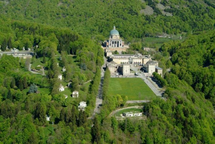 Oropa (BI): sulla sinistra il Sacro Monte e sulla destra il Santuario